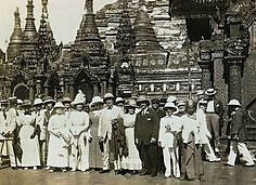 Group at Shwedagon pagoda (early 20th).